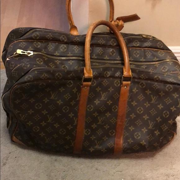 ca19df4db9 LV travel bag no wheels. 3 sections that zipper.